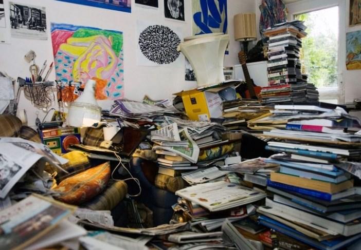 Квартира заполнена книгами и журналами