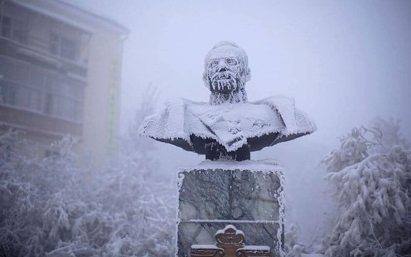 Даже памятнику холодно