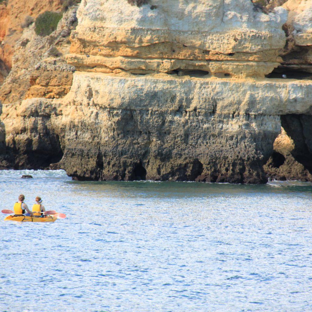 Южный берег Португалии с гротами и скалами. Атлантический океан